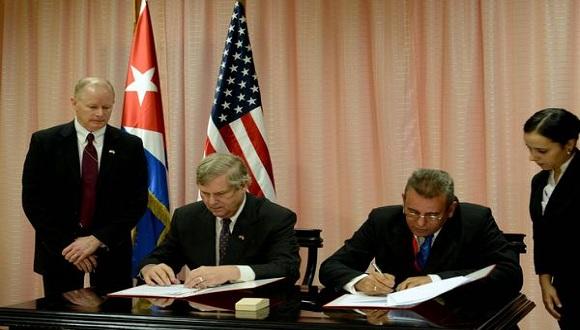 El ministro cubano de Agricultura, Gustavo Rodríguez Rollero (derecha) firma memorando de entendimiento sobre la agricultura durante su visita a Estados Unidos. Foto: Tomada de Google