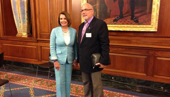 El presidente del INDER, Antonio Becali Garrido, junto a la congresista Nancy Pelosi. Foto: Tomada de Google