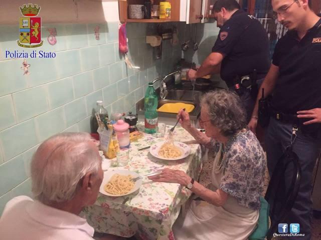 policiais cozinham para idosos em Roma