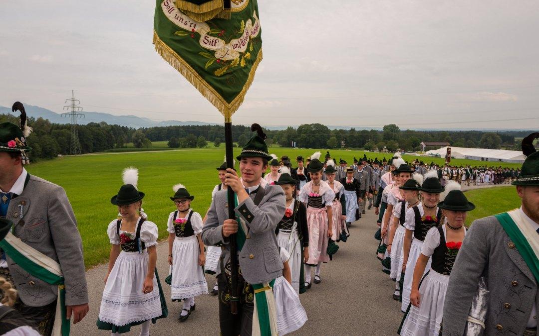 Zugaufstellung für den Kirchen- und Festzug am Festsonntag in Roßholzen