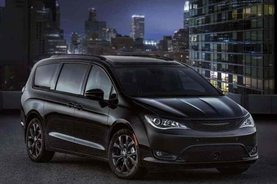 2018 Chrysler Pacifica with S Appearance Package front view