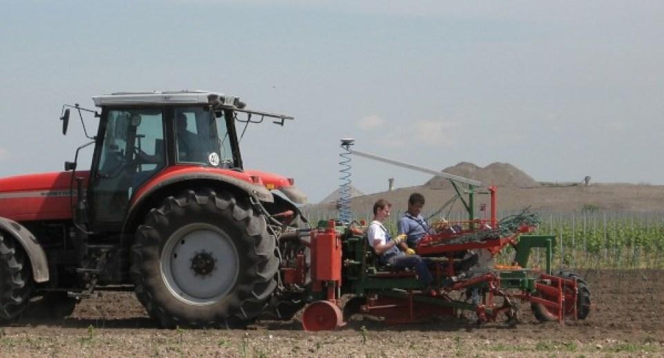 Maquinaria para viñedo.Plantadora automática guiada por láser. Fuente: http://www.clemens-online.com