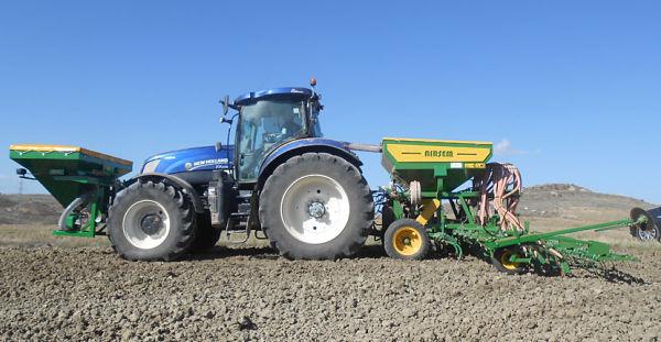 Sembradora Gil Airsem con Tractor New Holland