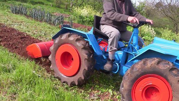 Tractor Pasquali preparando terreno para huerto