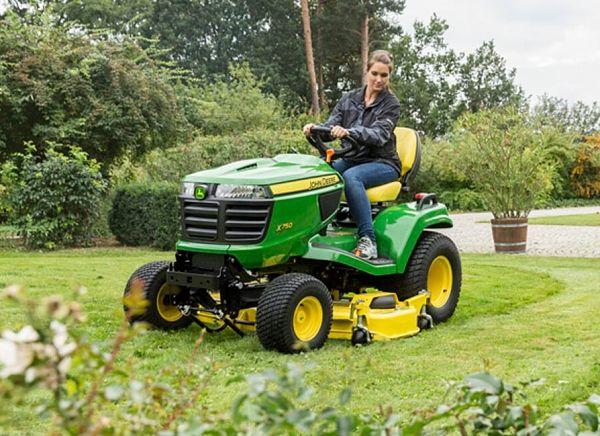Tractor para jardinería John Deere con cortacésped acoplado