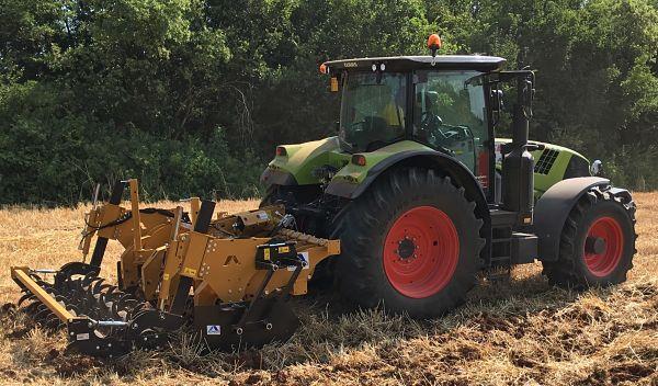Subsolador Alpego trabajando junto con tractor Fendt