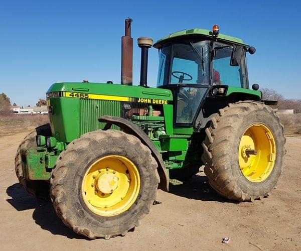 Tractor John Deere con evidencias de uso en la carrocería
