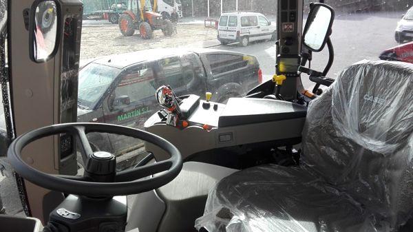 Cabina de uno de los tractores reversibles nuevos