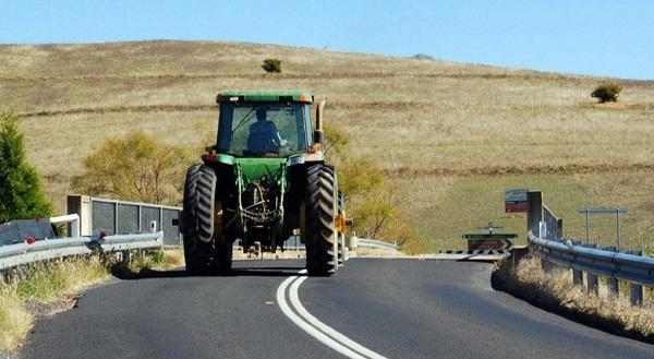Tractor John Deere circulando por una carretera