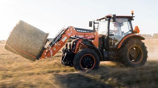 Tractor Ursus cargando paja
