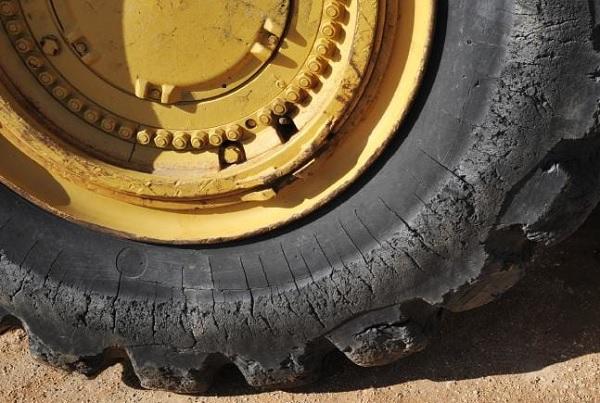 Neumático cuarteado de un tractor. Neumático muy gastado