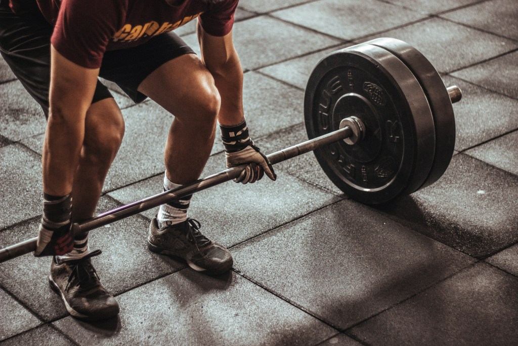 Canva-Person-Holding-Black-and-Silver-Steel-Barbell-Photography-1024x683 Pesistica, Rumore e i Nerd del Trading