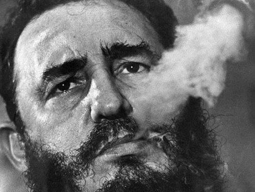 Fidel Castro humeando