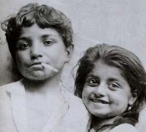 Los niños de caras engañosas y egoístas gitanas de Sicilia ya revelan la pérdida de la inocencia