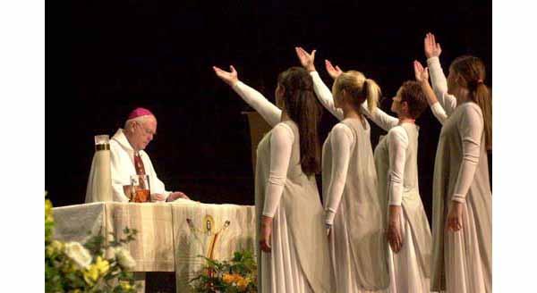 Dancing girls during Niederauer's mass