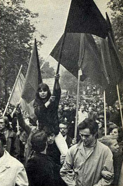 Pariis. Mai 1968. Punased lipud koos mustadega.