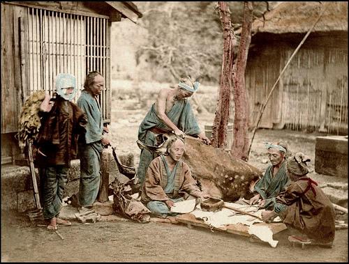 Foto di conciatori di pelli del 1873, tratta da Flickr @Okinawa Soba