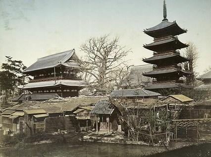 Tratta da Historic Tokyo, tempio Senso-ji. Foto risalente al 1880-90