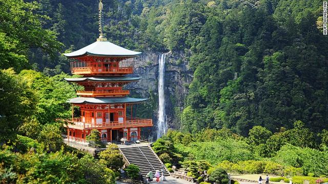 Kumano Nachi Taisha, santuario sito nei pressi delle cascate Nachi (133 metri di altezza, le più grandi del Giappone). Immagine tratta da cnn.com