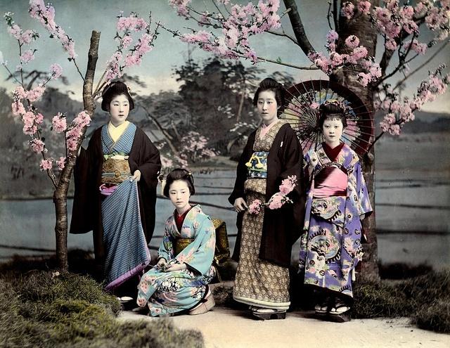Hangyoku (geisha apprendista di Tokyo) di Shimbashi in una cartolina d'epoca Meiji. Immagine tratta da geishaofjapan.com