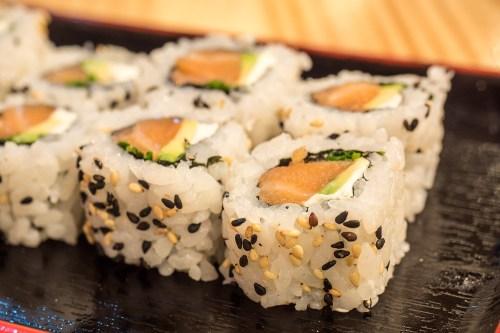 sushi-en-bici-madrid-tragaldabas-profesionales-uramaki-salmon