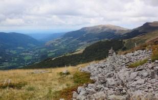 Après le Puy de la Tourte, on suit les crêtes, avec vue sur la vallée du Falgoux