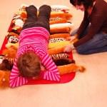 Phát triển cảm giác cho trẻ có hội chứng down: Phần 4-Trò chơi với các loại thảm, vải