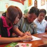 Gieo con chữ cho trẻ khuyết tật ở chùa Hương Lan