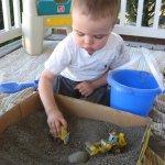 Hoạt động ngoài trời cho trẻ ở tuổi nhà trẻ – Xúc cát