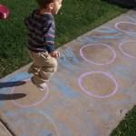 Hoạt động ngoài trời cho trẻ mẫu giáo: Trò chơi với vòng phấn vẽ