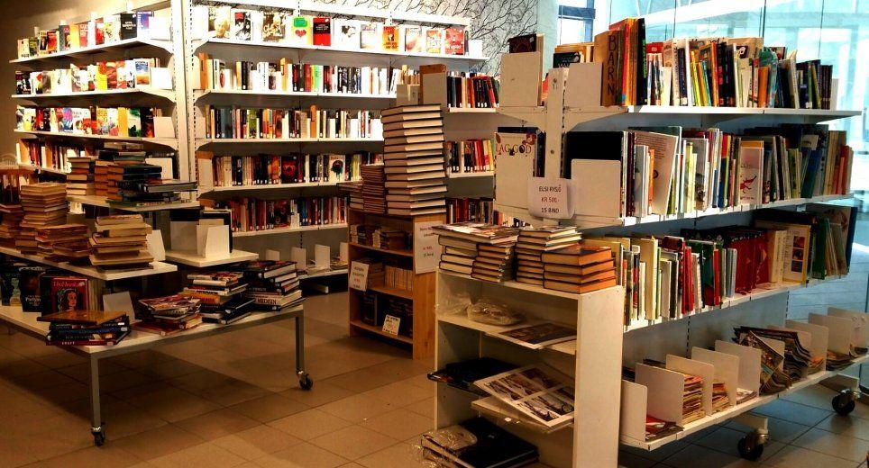 Dział z ksiązkami w sklepie Fretex