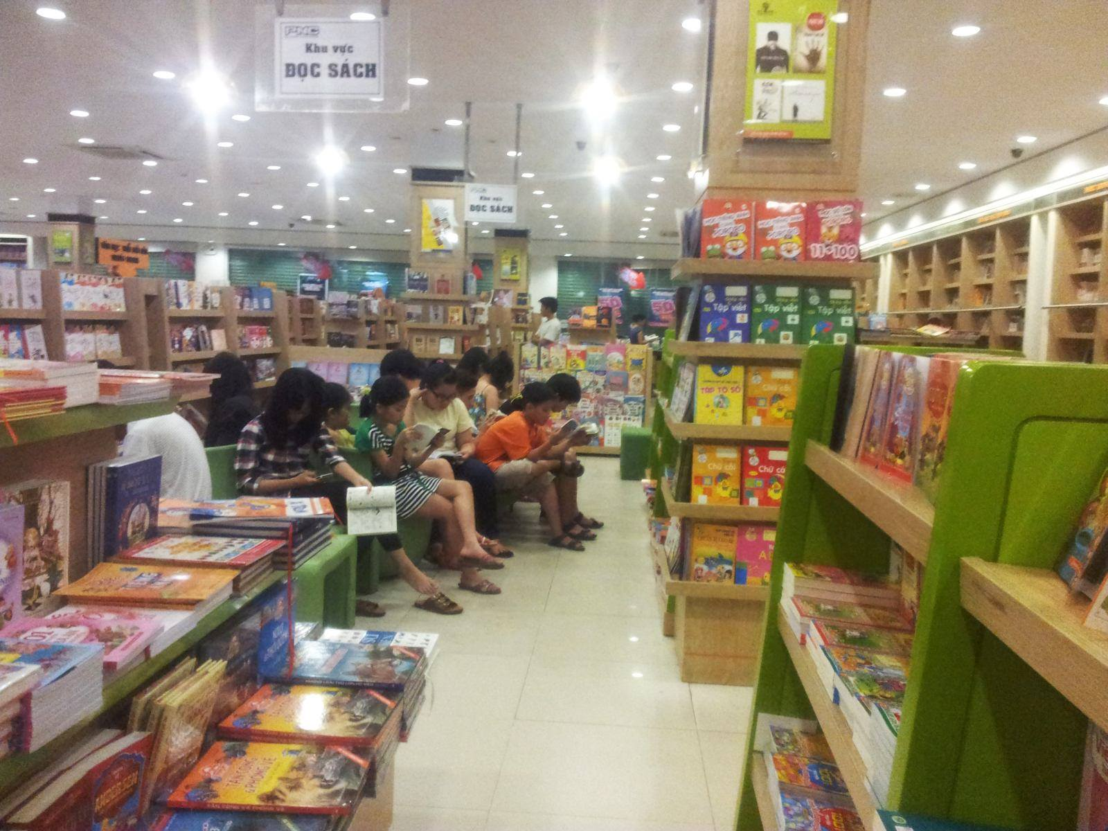 Kącik czytelniczy w księgarni