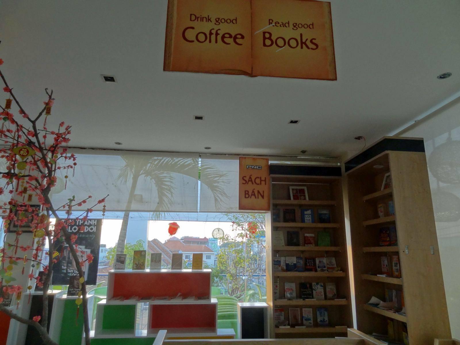 Kawiarnia przy księgarni z kącikiem czytelniczym