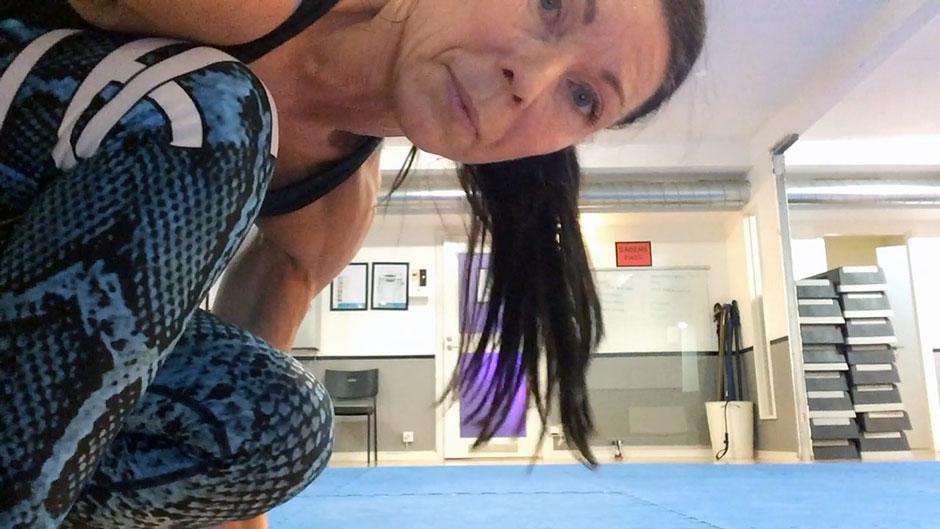 träning med gummiband rygg