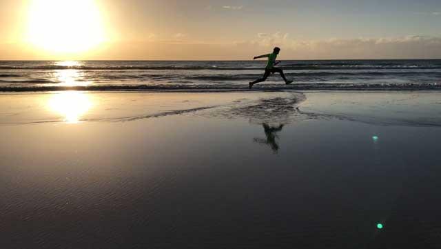 Jesper hoppar över vattnet.