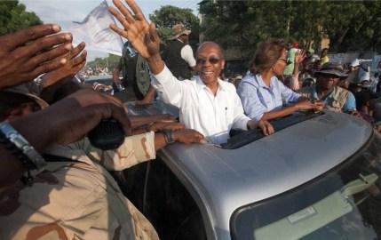 Former president Jean-Bertrand Aristide campaigns alongside Dr. Maryse Narcisse. (Daniel Morel)