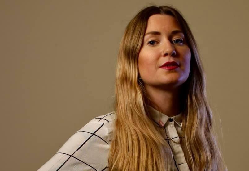 Porträtt på Paulina Nybratt Sandin mot en guldig bakgrund.