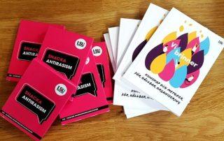 """På ett bord ligger flera ex av böckerna """"Snacka anti-rasism"""" och """"Vi brinner""""."""