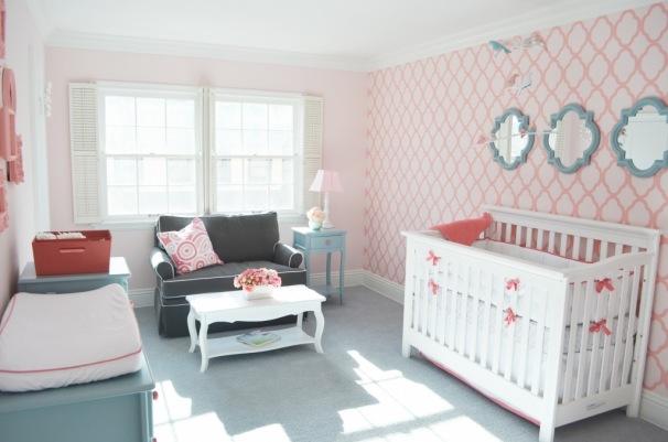 quarto de bebe com destaque para a parede do berco Papel de Parede Feminino