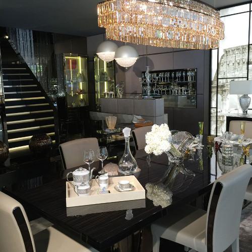Os espaços interiores e os móveis como sofás, poltronas, mesa de jantar, mesas de centro, cadeiras e cômodas são elementos importantes a serem levados em conta para decorar qualquer espaço da casa.