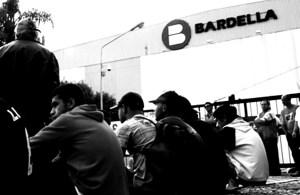 operários sentados na frente da fábrica Bardella