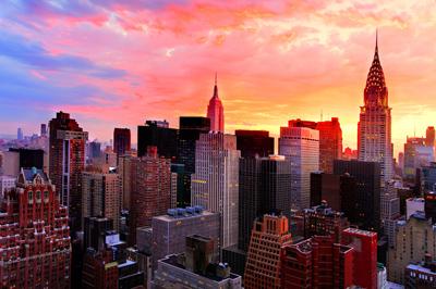 एक संयुक्त राष्ट्र न्यूयॉर्क होटल की खिड़की से 35 वीं मंजिल से शाम न्यूयॉर्क देखें