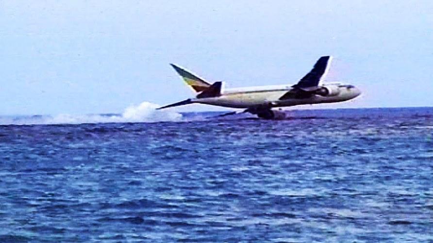 El vuelo 961 fué secuestrado por tres etíopes a bordo que exigían volar a Australia para pedir asilo político. Posteriormente se descubrió su intención de estrellar la aeronave en la torre Eiffel. Al quedarse sin combutible, amerizó frente a las islas Comoros. Fallecieron 125 de las 175 personas a bordo, incluyendo los tres terroristas.