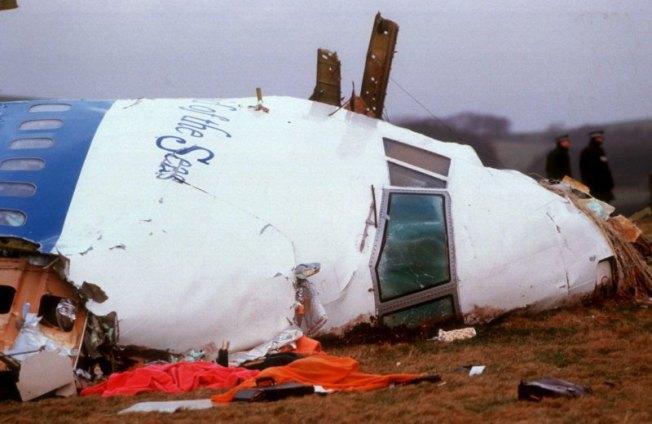 El vuelo 103 de Pan Am fué uno de los atentados terroristas que más se conocen, pues a partir de entonces no se volvieron a documentar equipajes sin que el pasajero correspondiente abordara el avión. La aeronave cayó desde una altitud de 31,000 ft. tras explotar una maleta con casi medio kilo de explosivo plástico. En Lockerbie, Escocia, fallecieron 11 personas tras impactarse los restos del 747 con 259 personas a bordo. El gobierno aceptó su responsabilidad de éste atentado en noviembre de 2011.