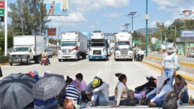 Photo of Normalistas inmovilizan Oaxaca con bloqueos carreteros
