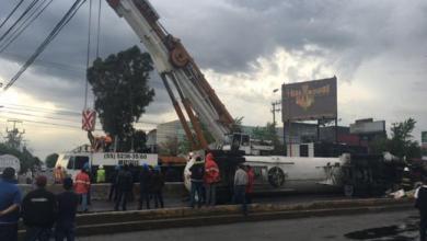 Photo of Tras 20 horas, sigue cerrada la Gustavo Baz por volcadura de pipa