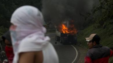 Photo of Amenazan con quemar vehículos si no liberan a normalistas
