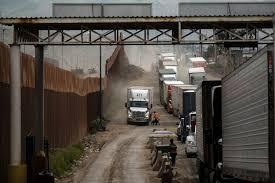 """Photo of El flujo del transporte terrestre entre México y Estados Unidos es un """"caos"""""""