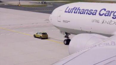 Photo of (Video) Nuevo Mini Cooper eléctrico remolcó un avión de carga