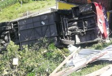 Photo of (Video) Volcadura de autobús de pasajeros deja 2 muertos